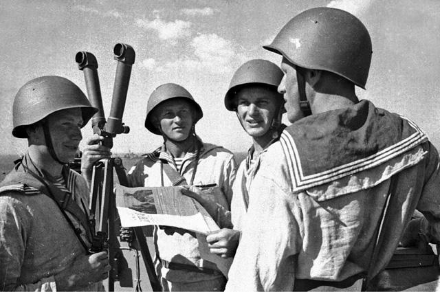 Командир отделения А.В. Кузнецов читает красноармейцам выпуск фронтовой флотской газеты.