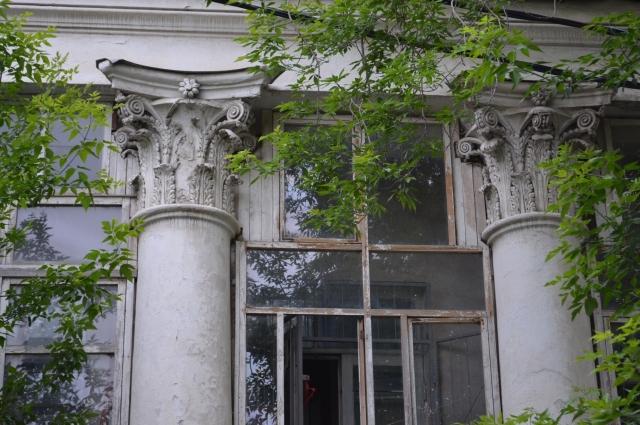 Декор усадьбы и огромные окна со сложной расстекловкой напоминают о былом великолепии усадьбы. Если удастся восстановить её, она станет настоящей жемчужиной города.
