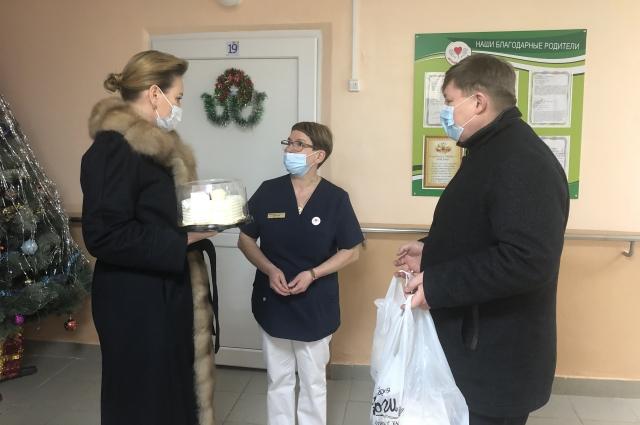 Волонтёры и депутаты поддержали медиков в сложный период.