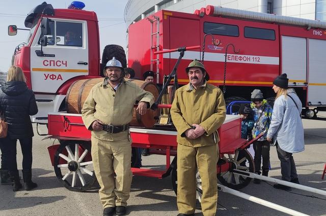 Раньше пожарные носили длинные усы, чтобы использовать их вместо несуществующих тогда респираторов