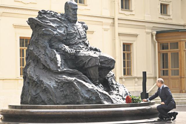 Президент Путин возлагает цветы к памятнику императору Всероссийскому, царю Польскому и великому князю Финляндскому Александру III.