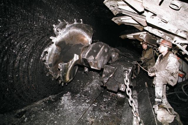 По правилам в шахте работает внизу не меньше двух человек.