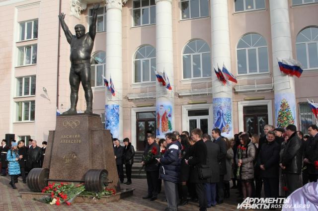 На народный памятник Алексееву деньги собирали три года