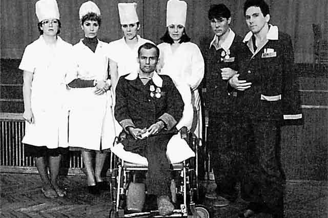 В центре в инвалидном кресле Анатолий Петунин, который подробно рассказал, что происходило с ним во время клинической смерти.