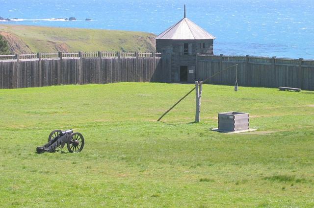 Колодец, стены и юго-западный блокгауз.