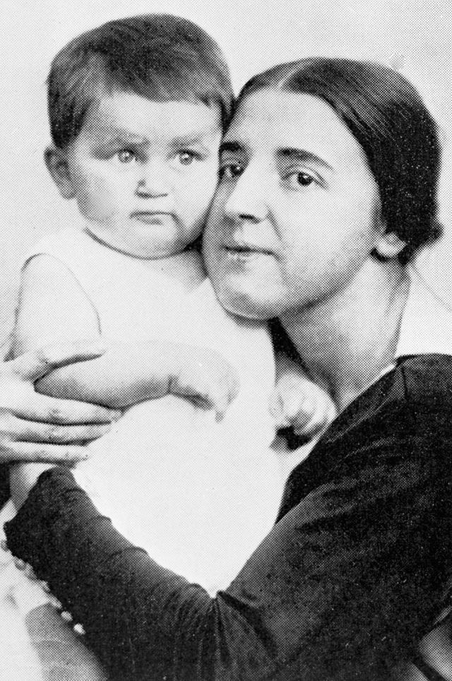 Надежда Аллилуева с сыном Василием.