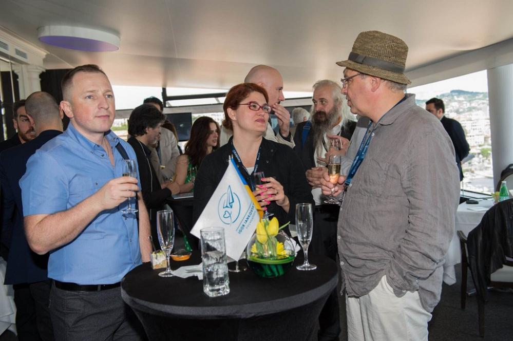 Участники бизнес-ланча обсуждают перспективы сотрудничества