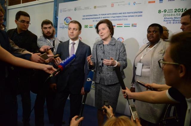 Министр Николай Никифоров, губернатор Югры Наталья Комарова и министр коммуникаций ЮАР Фейт Мухтамби.