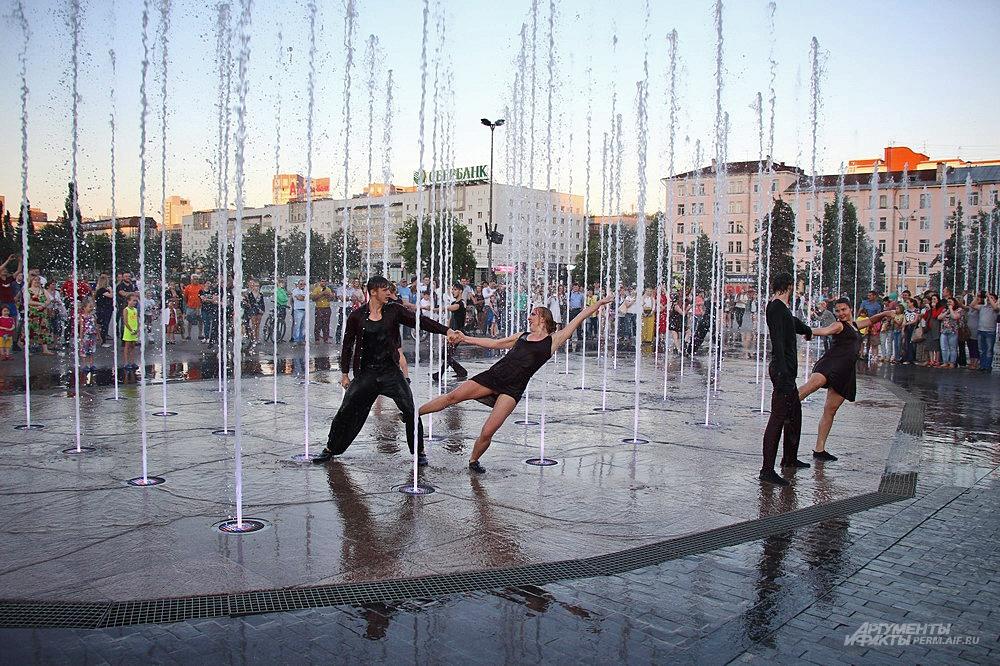 Артисты Свободного театра современного танца со своим номером «Танцуй».