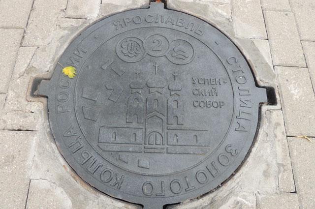 Люди считают, что использовать символы веры на люках канализации неуместно.