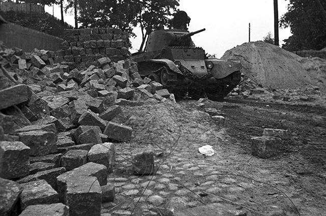 Советский танк пересекает границу Белоруссии в районе Вильно. 1939 год.