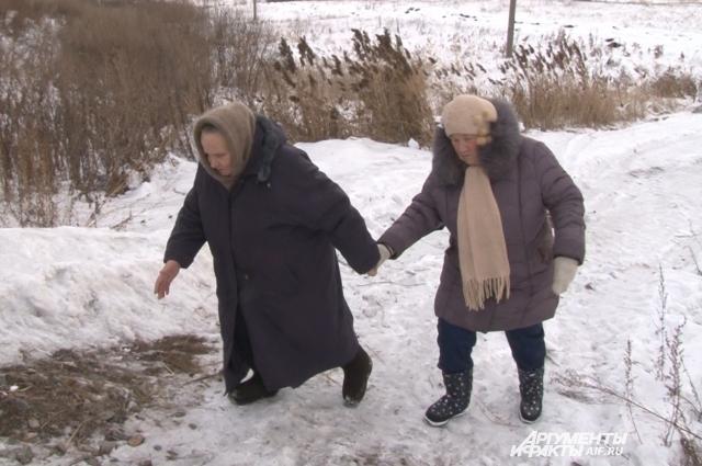 Баба Надя и баба Галя всегда ходят по насыпи, держась за руки, чтобы не упасть.