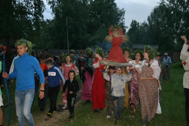 Детвора на праздниках с восторгом сопровождает взрослых.