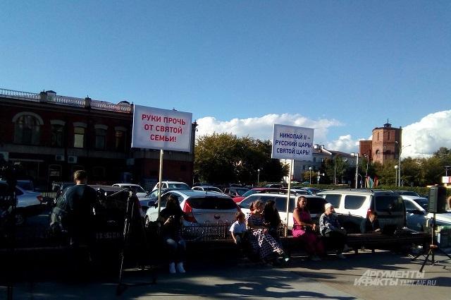 На митинг собрались тюменцы с лозунгами и транспарантами.