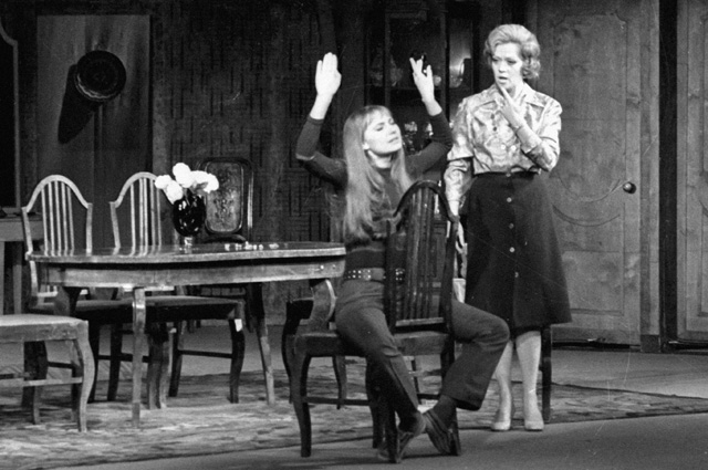 Алиса Фрейндлих и Лариса Луппиан в спектакле по пьесе Мишеля Фермо «Двери хлопают», 1976 г.