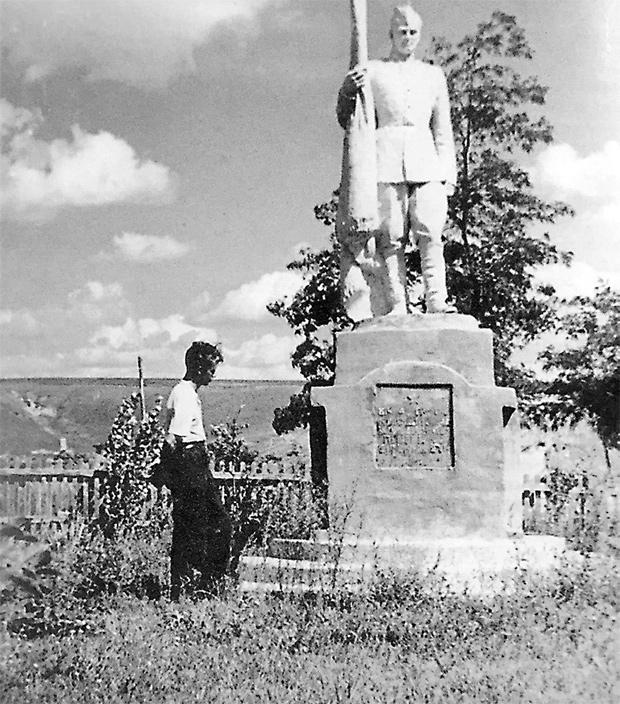 У могилы брата. Деревня Хильки, Украина. 1956 год.