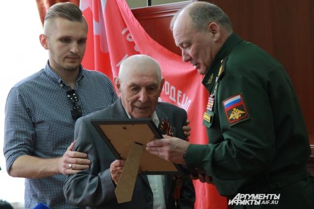 Орден ветерану вручил командующий войсками Южного военного округа Александр Дворников.
