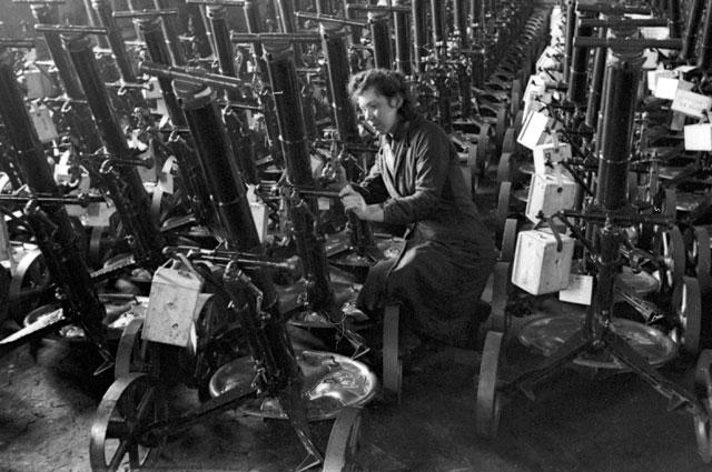 Работница оборонного завода подготавливает минометы к отправке на фронт во время Великой Отечественной войны. 1942 г.