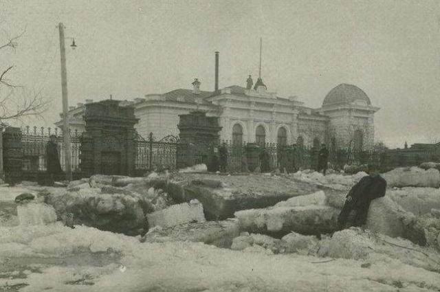Дом Батюшкиных, 1919 год. На этом снимке виден часовой на крыше.
