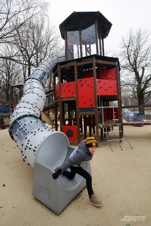 Колоритная горка в парке «Дубки» и самые популярные качели этого года – «гнездовые».
