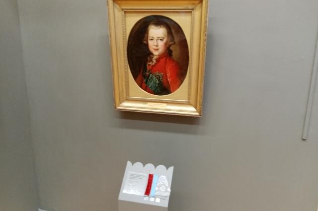 А под картиной неизвестного художника «Портрет Великого князя Константина Павловича» бархат, муаровая лента и кружево.