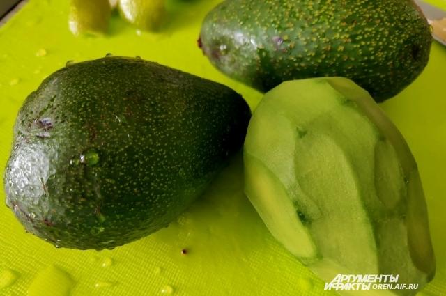 Если в магазине попался твердый авокадо, оставьте его при комнатной температуре дозревать пару дней.