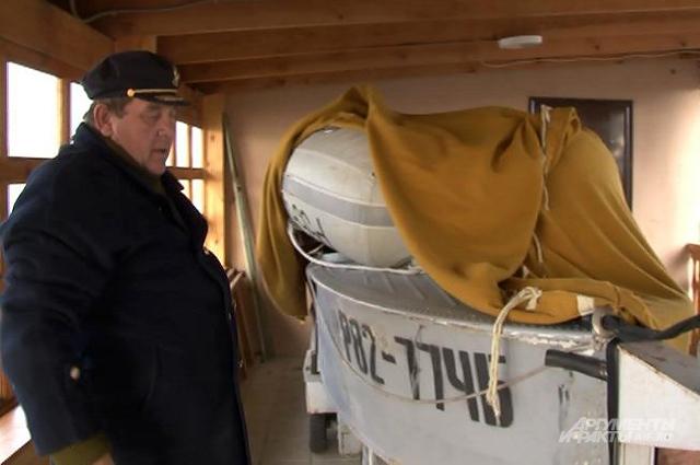 Сергей Щепетев показывает катер, на котором вывозил детей с середины озера