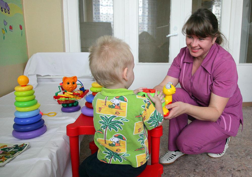 Дети улыбаются, увидев маму Лену.