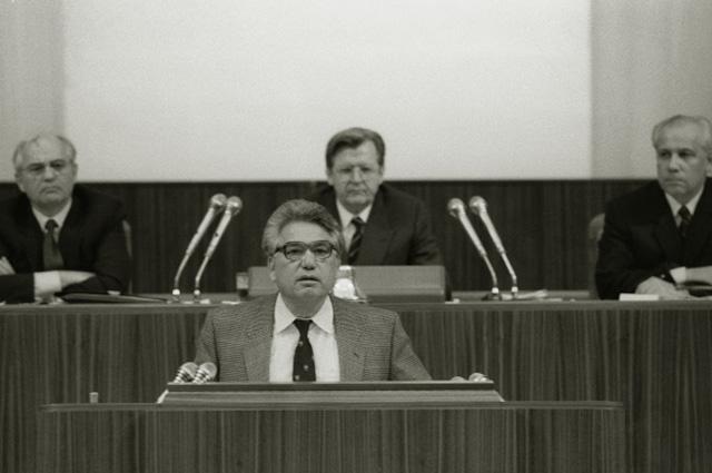 Чингиз Айтматов на заседании первого съезда народных депутатов СССР. Кремлевский Дворец съездов. 1989 год