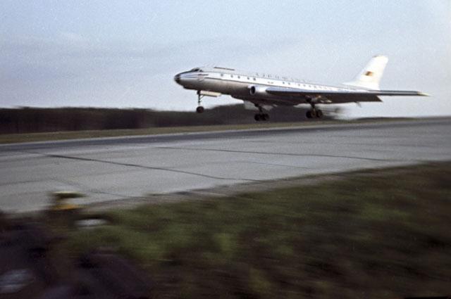 ТУ-104 -первый советский реактивный пассажирский самолёт.
