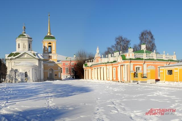 Архитектурно-художественному ансамблю «Кусково» реставраторы смогли вернуть былую роскошь - загляните в гостиную Большого дворца, построенного в 1769-1775 гг. под руководством архитектора Карла Бланка.