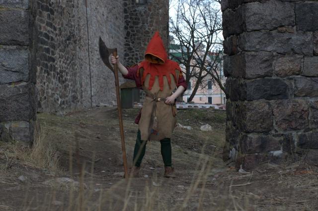 Сергей научился обращаться с топором и другими орудиями.