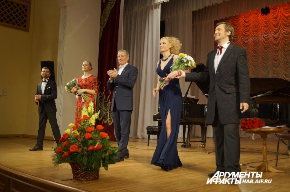 Все деньги, вырученные от продажи билетов на творческий вечер, Валерий Халилов передал на сооружение памятника А. Василевскому.