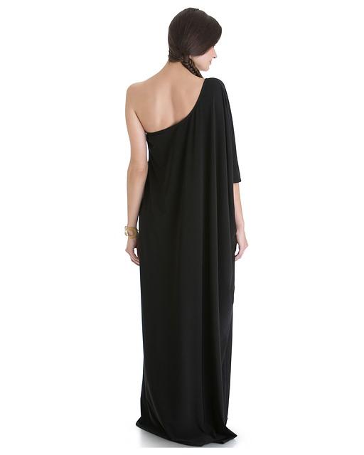 Длинные платья лучше всего хранить на вешалках, позволив им «вытянуться» в полную длину.