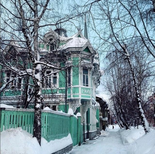 Город богат памятниками деревянной и каменной архитектуры XVIII—XX веков.