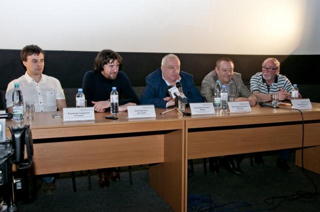Жюри фестиваля любительских фильмов на пресс-конференции.