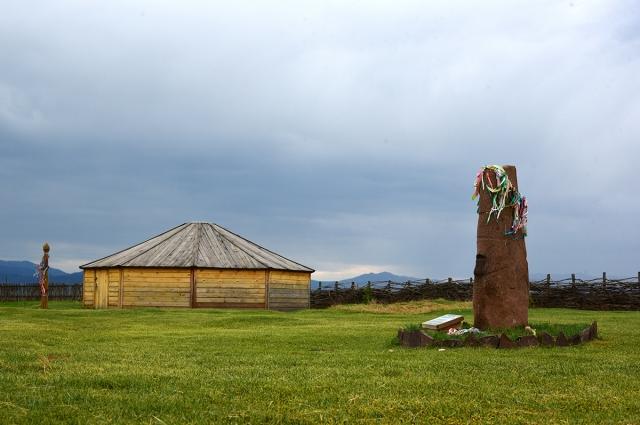 Основной экспонат - каменное изваяние окуневской эпохи.