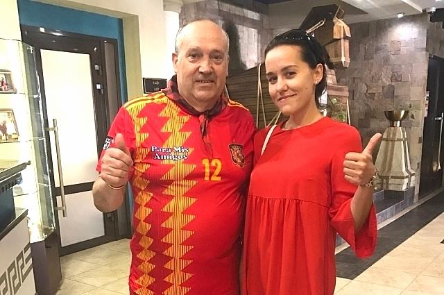 Испанский болельщик Маноло с журналистом