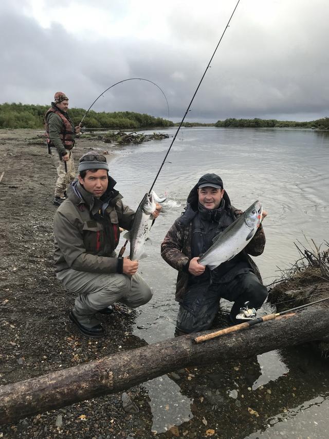 Рыболовы со свистом рассекали воздух своими спиннинговыми снастями.