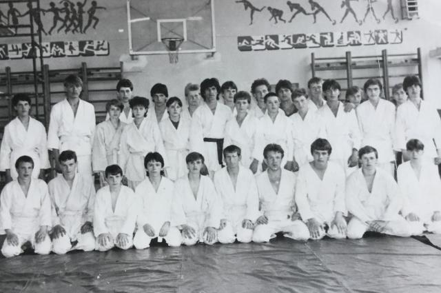 Самые первые воспитанники Романа Курбанова из секции по единоборствам, которую он открыл в 1985 году в пермском училище №95.