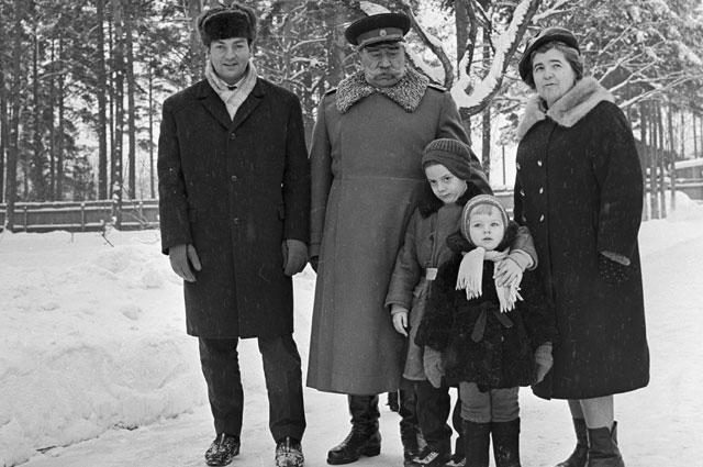 Семен Буденный с зятем актером Михаилом Державиным, супругой и внуками на даче.