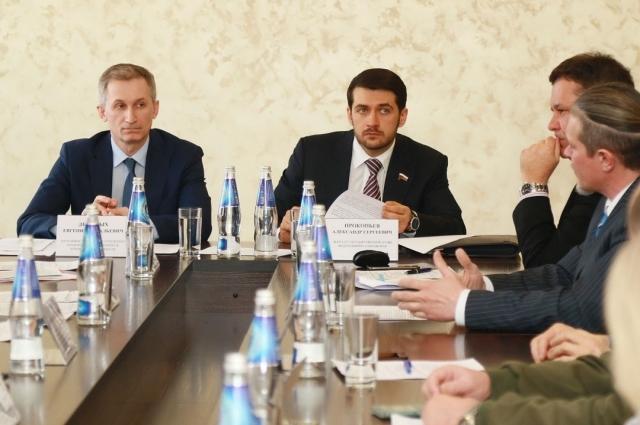Инициатором круглого стола стал депутат ГД Александр Прокопьев (в центре)