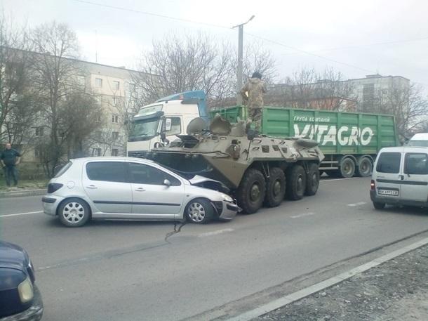 Бронетранспортер, двигавшийся в колонне военной техники, из-за отказавших тормозов был вынужден выехать на встречную полосу.