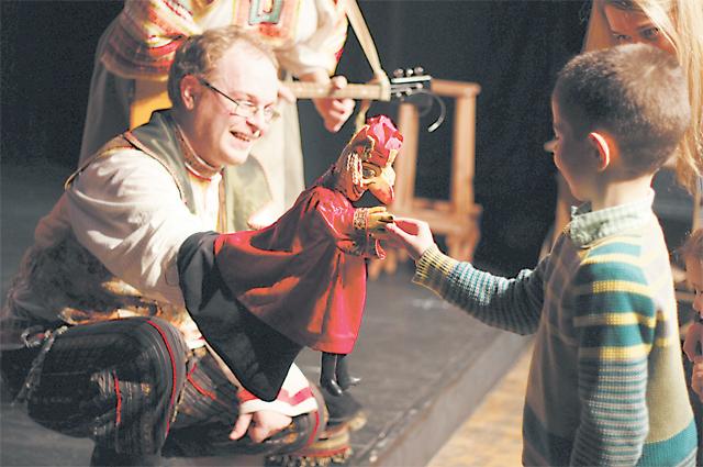 Кукольник И.Твердов знакомит Петрушку с малышами.