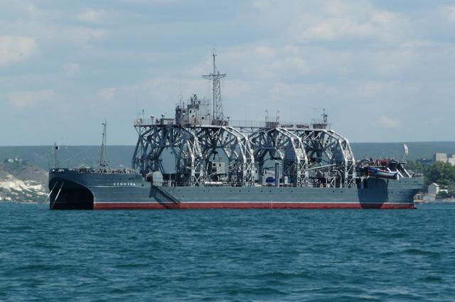 Старожил Черноморского флота – спаса- тель подводных лодок катамаран «Коммуна».