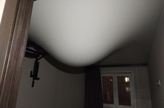 Натяжной потолок задержал воду, которая хлынула из сорванной батареи.