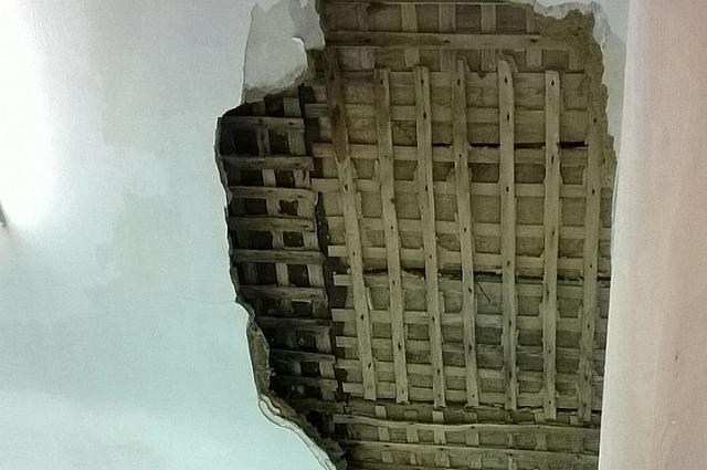 Часть обвалившейся стены.