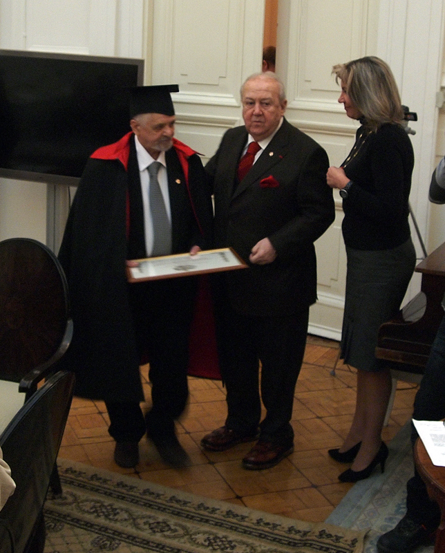 Евгений Шибанов получает диплом Почётного члена Академии художеств из рук Зураба Церетели