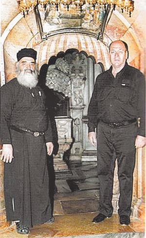 Вид Кувуклии (вверху справа), а у её входа  - схимонах Пантелеимон и Александр.