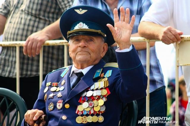 Василию Королькову радостно наблюдать в небе мирные самолеты